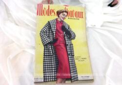 Voici la revue Modes et Travaux de Mars 1958 sur 138 pages avec des dessins et photos de superbes robes et des explications avec mini patrons pour la réalisations de nombreux vêtements ... vintages !
