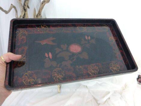 Voici un plateau de 37 x 21.5 cm en bois laqué de noir et vitrifié décoré de dessins d'oiseau et de fleurs peints à la main, le tout dans une ambiance à la fois asiatique et shabby.
