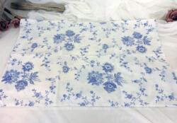 Dans un tissus ambiance shabby avec ses fleurs bleues à l'ancienne, voici une taie d'oreiller forme portefeuille de 60 x 40 cm, idéal pour une création très tendance.