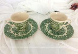 Décoratif et très tendance shabby, voici un tête à tête vert en porcelaine anglaise Ironstone décoré de paysages et de fleurs avec 2 tasses et sous-tasses assorties.