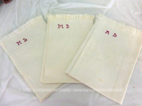 Voici un lot de 3 serviettes ou torchons de 50 x 50 cm + franges, en coton de lin brodées en fils rouge des monogrammes MD
