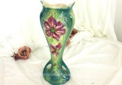 Voici un vase en barbotine numéroté et décoré de clématites roses sur fond vert d'eau et bleu lagon. L'originalité, ce sont les anses sur le socle. Très tendance shabby !