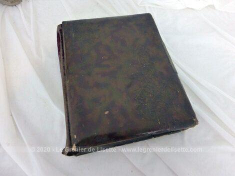 Ancien album photos en cuir datant de la fin du XIX°sur 12 pages avec 29 photos et 16 images pieuses de décès .