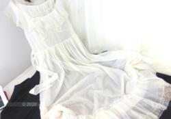 Voici un beau déshabillé ou chemise de nuit vintage de la marque Lejaby en Nylon blanc ivoire, pour une taille 40 ou 42.