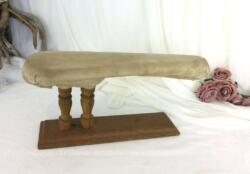 Voici un ancienne et rustique Jeannette en bois avec son molleton usé, cousu à la main sur place pour un charme rempli d'authenticité.
