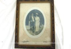 Ancien cadre carré à poser de 20.5 x 26.5 cm avec moulures en plâtre pour mettre en valeur la photo ovale datant du début du XX° d'un couple en habit.