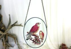 Voici un cadre à suspendre avec une chaine et réalisé à partir d'un verre décoré d'oiseaux sur une branche et cerclé par du plomb ou zinc.