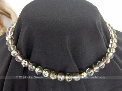 Ancien collier ras de cou réalisé en perles de verre irisées à multi facettes montées sur une fine chaine métallique.
