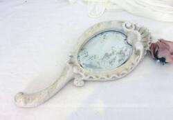 Ancien face à main fin datant de la fin du XIX° réalisé en bois sculpté et patiné shabby avec un miroir biseauté au tain restauré. Pièce unique.