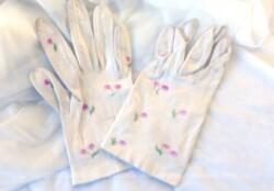 Ancienne paire de gants cuir léger et doux de couleur blanc/ivoire décorée de petites fleurs roses pour des mains fines.