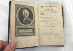 Très ancien livre Voltairiana ou Recueil des Bon mots, Plaisanteries, Pensées Ingénieuses ou Saillies Spirituelles de Voltaire par Cousin d'Avalon et daté de 1809.