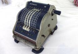Ancienne machine à calculer de la marque Olpimatic SK de 14 x 12 x 15 cm et 2.1 kg pour une décoration vraiment vintage et originale !