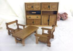 Meubles cuisine ou salle à manger en bois pour poupée comprenant un buffet avec 4 portes en haut et 4 en bas, une table et deux chaises.