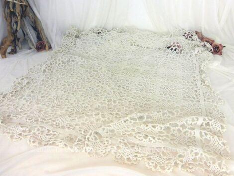 Ancien napperon ou sur nappe carré réalisé au crochet en fil de coton épais aux dessins d'arabesques sur 95 x 95 cm. Pièce unique.