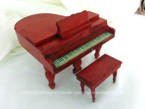 Voici un ancien piano à queue en bois peint en rouge, pour maison de poupées fait main et daté de 1932 avec son tabouret !
