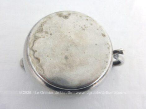 Une cafetière verseuse, un pot à lait et un sucrier réalisé dans un beau métal argenté avec de belles volutes en relief pour décoration. Un ensemble très élégant.