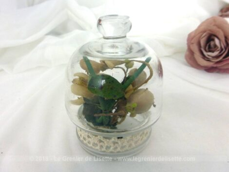Une ancienne ventouse à téton habillée de dentelle, une tige décorée de boutons de fleurs en cire avec ses feuilles, et voici un globe de mariée miniature et pièce unique.