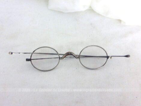 Toute en métal, voici une ancienne paire de lunettes rondes avec ses branches droites, pour une allure vintage assurée.