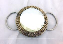 Voici une grosse boucle de ceinture en verre taille diamant serti sur du métal et datant des années 80/90.