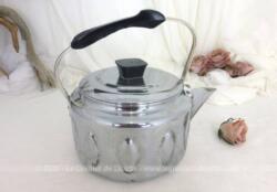 Superbe et décorative, voici une bouilloire vintage en aluminium déjà prête pour faire bouillir votre eau et préparer tranquillement votre thé.