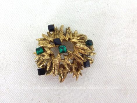 Superbe et originale broche vintage dorée composé d'un assemblage de filaments et décorés avec des petits brillants verts et noirs.
