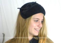 Réalisé par une modiste, voici un chapeau bandeau vintage en feutre velours noir décoré d'une grande ganse et deux arcs. Pièce unique des années 50/60.