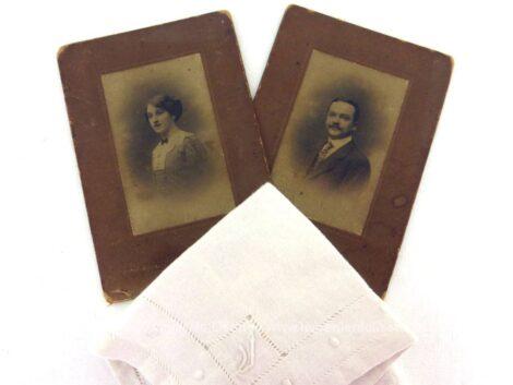 Voici un lot composé 2 belles photos anciennes, une femme et un homme et d'un mouchoir de mariée brodé et recouvert du monogramme R.