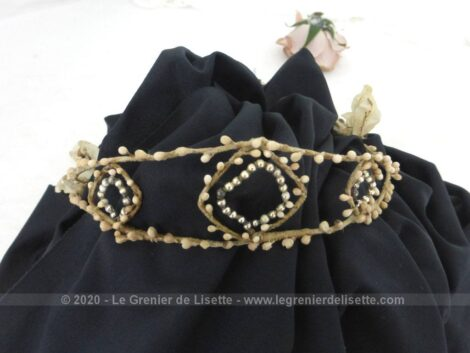 Datant du début du XX ou fin XIX°, voici une ancienne couronne diadème de mariée avec pour motifs des losanges croisés de fleurs d'oranger en cire pour une décoration remplie du charme d'antan.