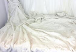 Ancien plaid réalisé au crochet à la main dans un fil de coton épais avec des motifs de fleurs en relief et une bordure toute en dessin de chevron.