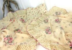 Dans un tissus très tendance shabby, voici un duo de taies d'oreiller et un large coupon de tissus assorti. A utiliser tel quel ou idéal pour une création !