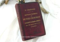 """Voici un ancien livre """"Nouveaux Eléments de Petite Chirurgie, Pansements, Bandages et Appareils"""" 6eme édition datée de 1902 avec 556 figures dans le texte."""