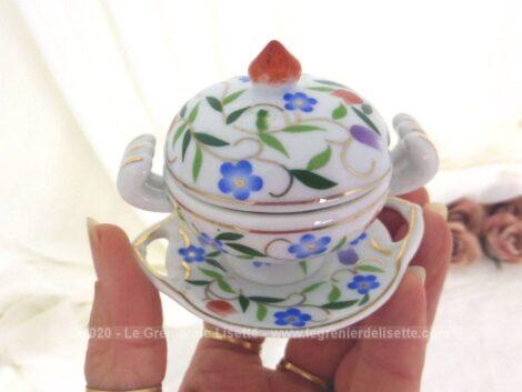 Adorable miniature d'une soupière aux dessins de fleurs bleues avec ses anses et son plat assorti en belle porcelaine d'Art. On croirait vraiment à s'y méprendre que c'est de taille normale !