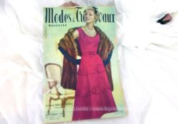 Voici la revue Modes et Travaux de décembre 1957 sur 136 pages avec des dessins et photos de superbes robes et des explications avec mini patrons.