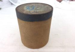 """Pour phonographe, voici une ancienne boite vide à cylindre Pathé n°542 portant l'étiquette """"La Mascotte"""" chanté par Piccaluga de l'Opéra Comique."""