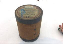 """Pour phonographe, voici une ancienne boite vide à cylindre Pathé n°3120 portant l'étiquette """"Métro Ballae"""" par Ferdinand Frey, dit par Ferdinand Frey de la Cigale."""