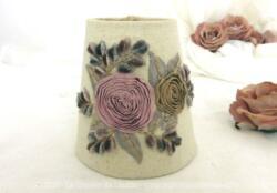 A poser directement sur l'ampoule, voici un adorable petit abat-jour shabby en plastique recouvert de tissus et décoré de fleurs en velours et rubans.