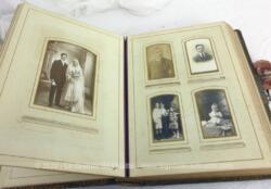 Ancien grand album photos du XIX° en cuir avec une incrustation métallique en décoration comprenant soit 60 photos au total.