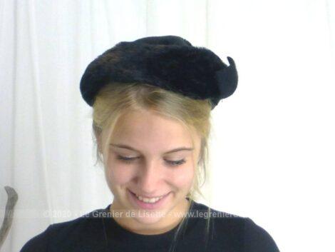 Fait main par une modiste, voici un ancien chapeau bibi, en fausse fourrure et décoré d'un noeud en feutre.