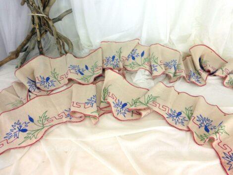 Sur 18 cm de large et 275 + 180 cm de long, voici un duo de tours de cheminée en lin décorés de broderies fait main de fleurs fleurs, feuilles vertes et d'une frise géométrique rouge