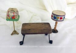 Voici un lot de miniatures pour maison de poupée composé d'une table de salon et ses 2 lampes, le tout datant des années 30 et faits à la main. Pièces uniques.