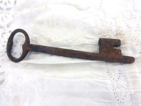 Ancienne et imposante clé de manoir de 17 cm de long avec toute sa belle patine d'origine remplie d'authenticité.
