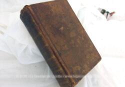 """Vieux de plus de 200 ans, voici le livre """"Les Cinq Codes"""" de 1819 sur 965 pages, comprenant La Charte Constitutionnelle, Le Code Civil, Code de Procédure Civile, Code de Commerce, Code d'Instruction Criminelle et Code Pénal et annexes."""