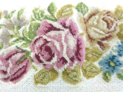 Sur une base de toile de lin couleur écrue épaisse de 150 x 21.5 cm, voici une ancienne bande brodées sur de fleurs et de feuilles au demi point de croix, très tendance shabby.