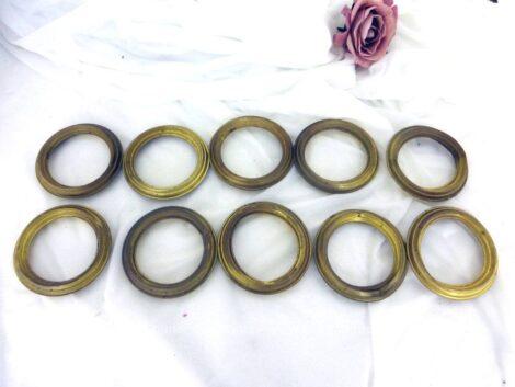 Avec une belle patine du temps passé, voici un lot de 10 anciens anneaux en laiton creux, pour tringle à rideaux de 7 cm de diamètre externe et 5.3 cm de diamètre interne.