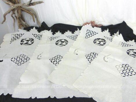 Voici quatre petits rideaux identiques en coton et décorés de broderies ajourées de 67 x 38 cm.