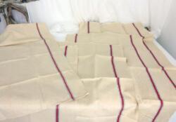 Cinq grands coupons en chanvre avec liteaux rouge et vert de 81 x 61 cm, déjà découpés et prêts à coudre pour réaliser des torchons.