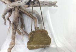 Belle minaudière réalisée en côte de maille doré avec son système de fermeture en métal avec anse en chaine.