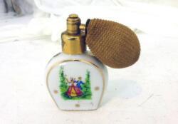 Voici un vaporisateur miniature en porcelaine de Limoges décoré de scènes galantes. Pour décoration..