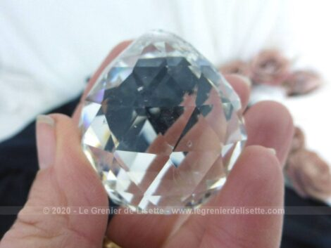 Voici une grosse pampille ronde à facette avec le fond légèrement plat et le haut en petit dôme en cristal de 4 cm de diamètre.