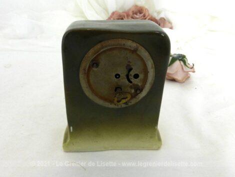 Voici un ancien réveil en céramique très tendance shabby et ses 2 soliflores assortis.